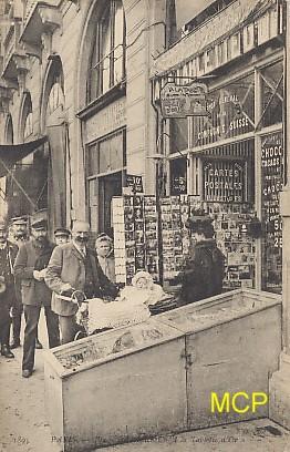 Carte postale représentant une boutique de cartes postales.