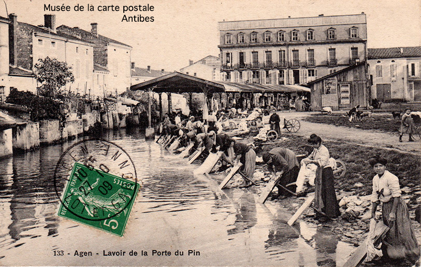 Carte postale ancienne représentant des lavandières au lavoir de la porte du Pin à Agen, issue de l'exposition temporaire du musée de la Carte Postale.