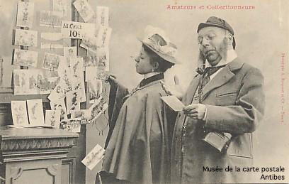 Carte postale ancienne représentant des amateurs et des collectionneurs de cartes postales. Elle est l'emblème du musée de la carte postale, à Antibes.