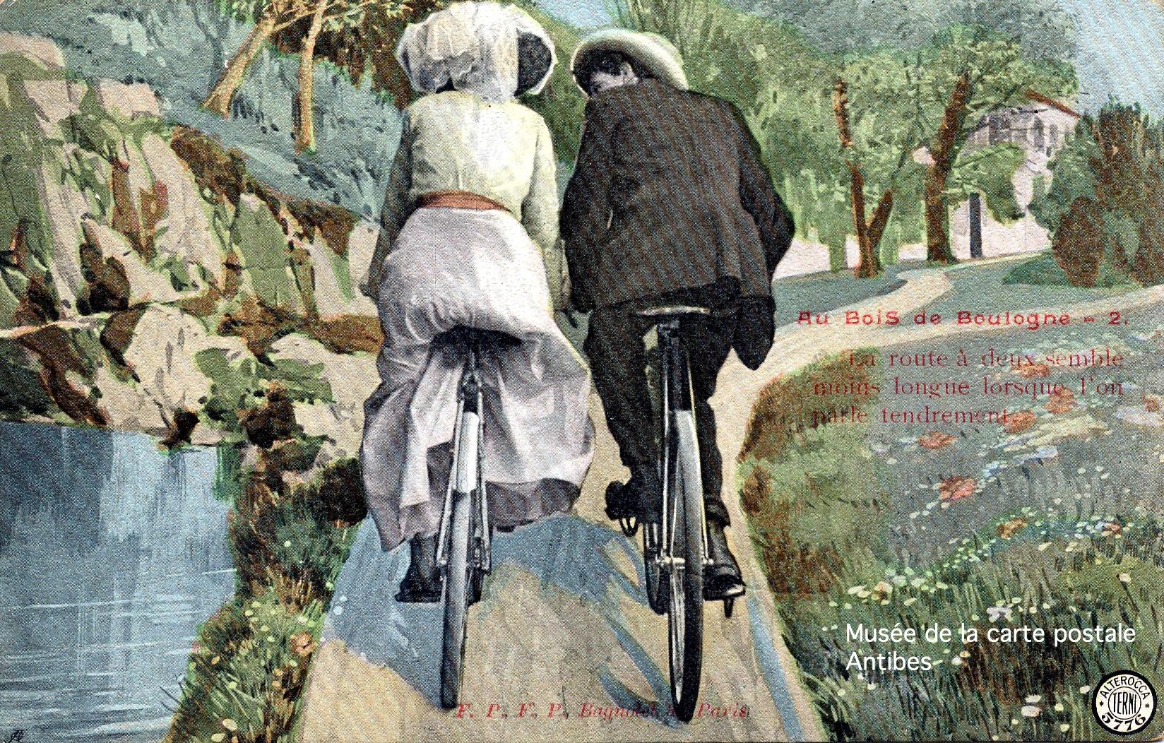 Carte postale ancienne représentant la promenade d'un couple à bicyclette.