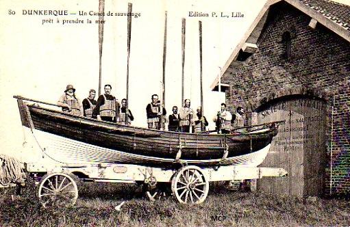 Carte postale représentant des maitres-nageurs sauveteurs en mer, à découvrir au musée de la Carte Postale lors de cette exposition temporaire.