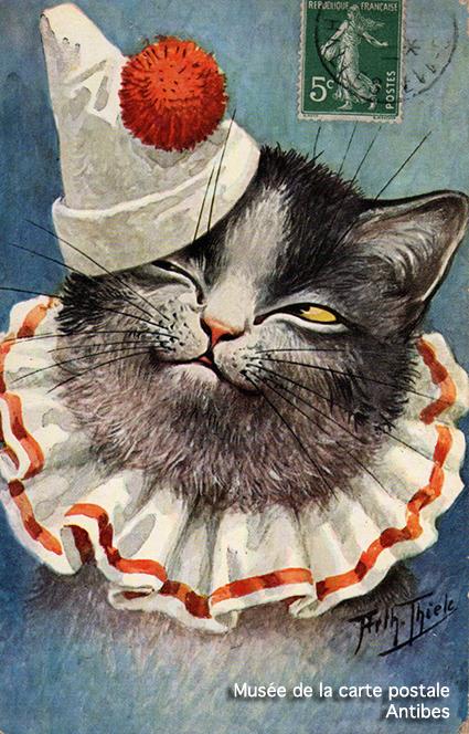 Carte postale ancienne représentant un chat habillé en Pierrot la Lune, issue de l'exposition temporaire sur les animaux humanisés, au Musée de la Carte Postale, à Antibes.