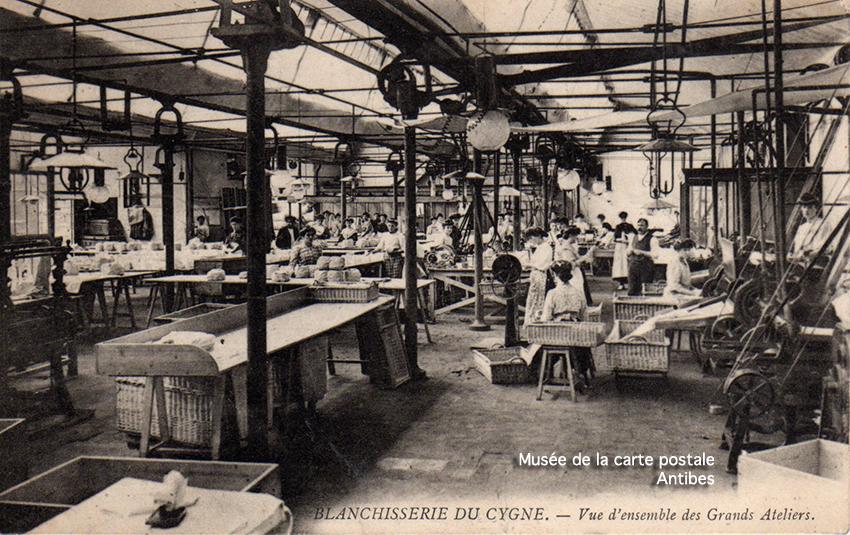 Carte postale publicitaire représentant les grands ateliers de la blanchisserie du cygne à Paris, issue de l'exposition temporaire du musée de la Carte Postale.