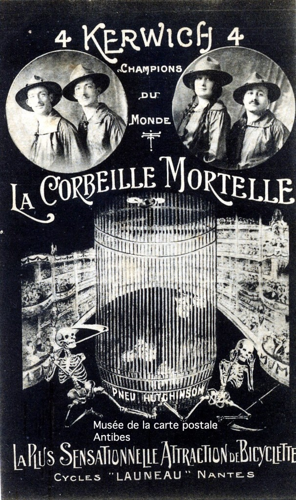 """Carte postale représentant """"la corbeille mortelle"""", une attraction de cirque à bicyclette dans une roue."""