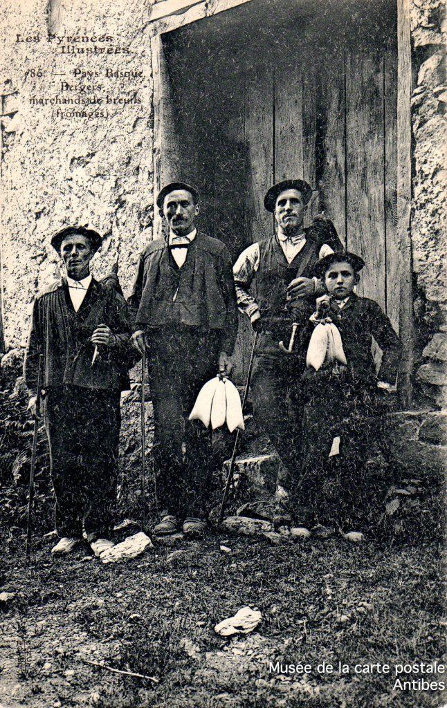 Carte postale ancienne représentant des bergers basques marchands de fromages breuils, issue de l'exposition temporaire du musée de la Carte Postale.