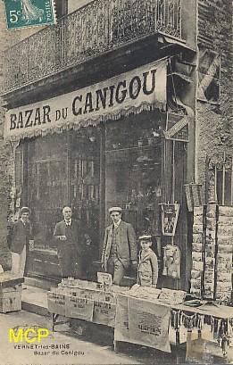 """Carte postale ancienne représentant une boutique de cartes postale appelée le """"bazar du Canigou""""."""