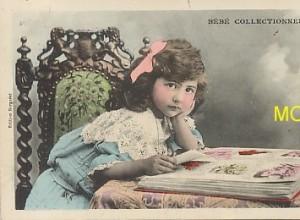 Carte postale représentant un bébé collectionneur de cartes postales.