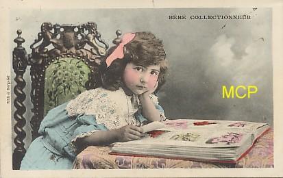 Catre postale représentant un bébé collectionneur de cartes postales.