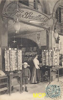 Carte postale représentant une boutique Breuillard de cartes postales à Paris.