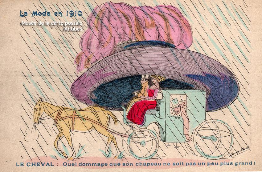 Carte postale ancienne dessin humoristique montrant la mode féminine des grands chapeaux début 1900 en France, issue de l'exposition temporaire du Musée de la Carte Postale à Antibes.