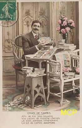 Carte postale ancienne représentant un collectionneur de cartes postales ayant de la valeur.