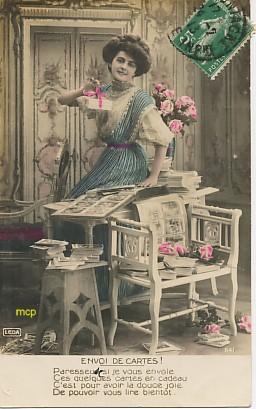 Carte postale ancienne représentant une collectionneuse de cartes postales.