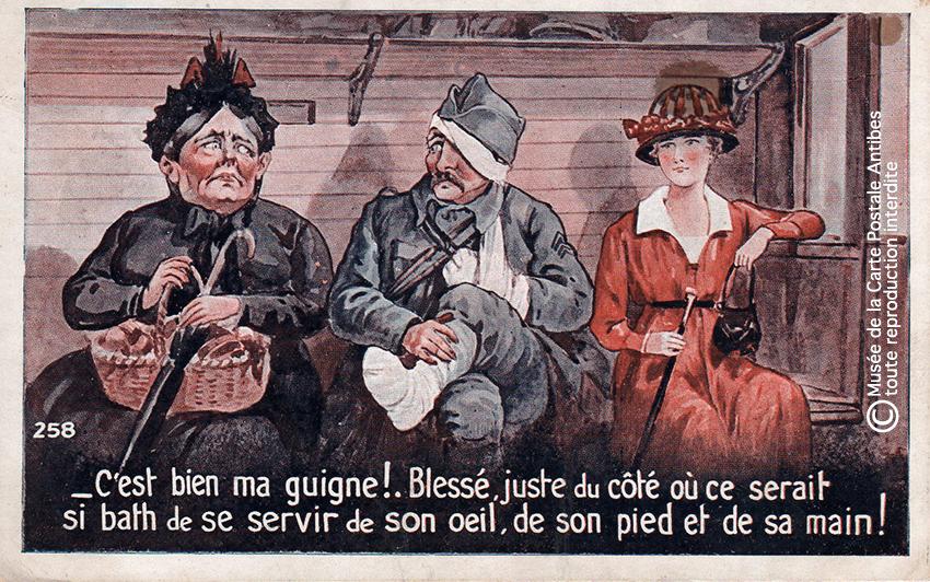 """Carte postale humoristique illustrant un soldat Poilu blessé, issue de l'exposition temporaire """"l'humour chez les poilus"""" au Musée de la Carte Postale, à Antibes."""