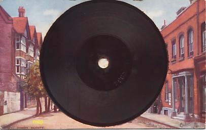 Carte postale disque pour phonographe, exposée au musée de la Carte Postale, à Antibes.