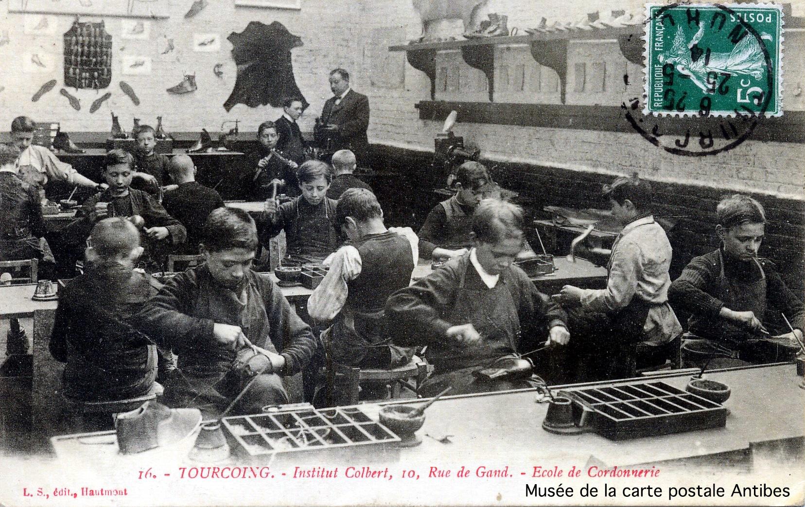 Carte postale ancienne, école de cordonnerie de Tourcoing, issue de l'exposition temporaire du musée de la carte postale sur le thème de la chaussure.