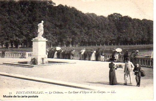 Carte postale représentant le château de Fontainebleau.