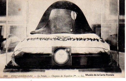Carte postale chapeau de Napoléon à Fontainebleau.