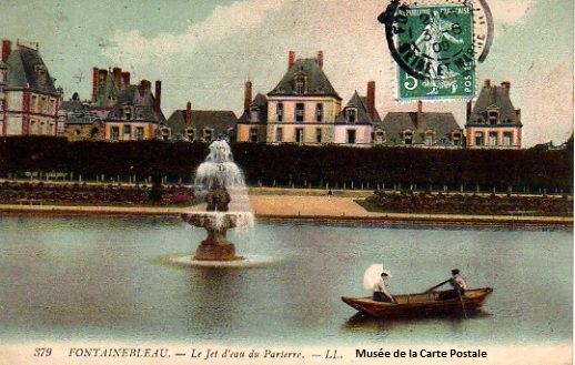 Carte postale représentant des barques devant le château de Fontainebleau.