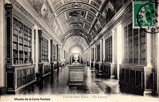 Carte postale représentant la bibliothèque du château de Fontainebleau.