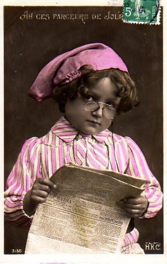 Carte postale ancienne représentant un jeune lisant un journal.