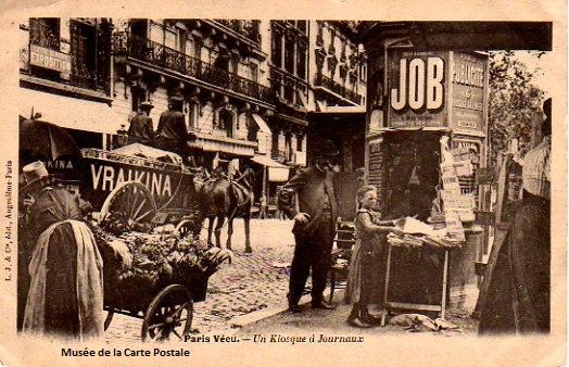 """Carte postale ancienne issue de la série """"Paris vécu"""", représentant un kiosque à journaux, visible au musée de la Carte Postale, à Antibes."""