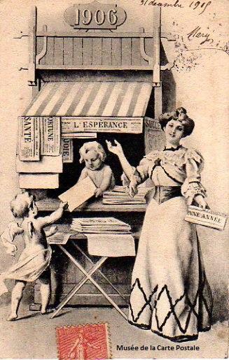 Carte postale ancienne représentant un kiosque à journaux et sa marchande.