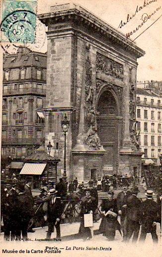 Carte postale ancienne représentant un kiosque à journaux porte Saint-Denis, à Paris.