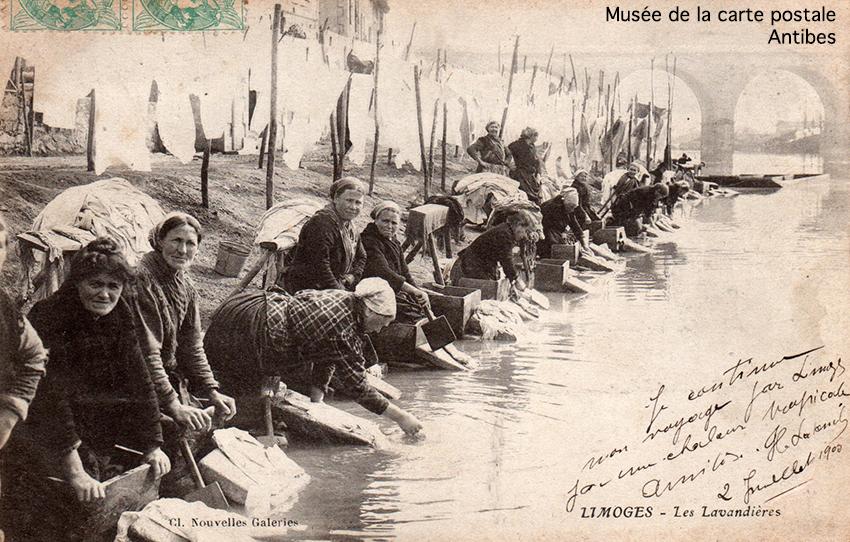 Carte postale ancienne représentant des lavandières à Limoges, issue de l'exposition temporaire du musée de la Carte Postale.