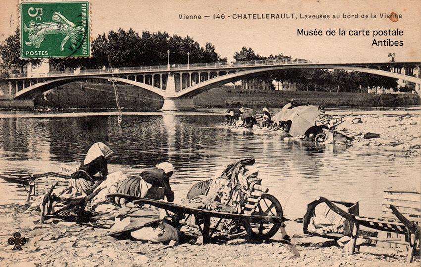 Carte postale ancienne représentant des laveuses au bord de la Vienne à Chatellerault, issue de l'exposition temporaire du musée de la Carte Postale.