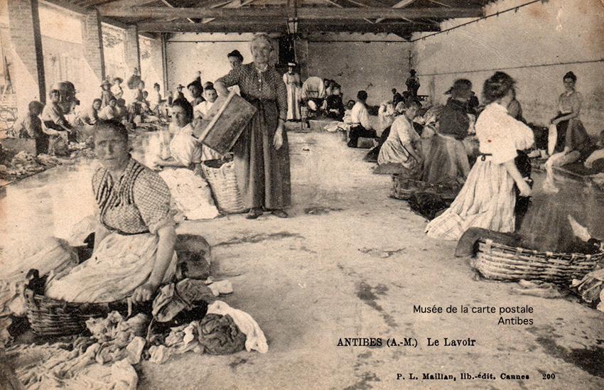 Carte postale ancienne représentant le lavoir d'Antibes, issue de l'exposition temporaire du musée de la Carte Postale.