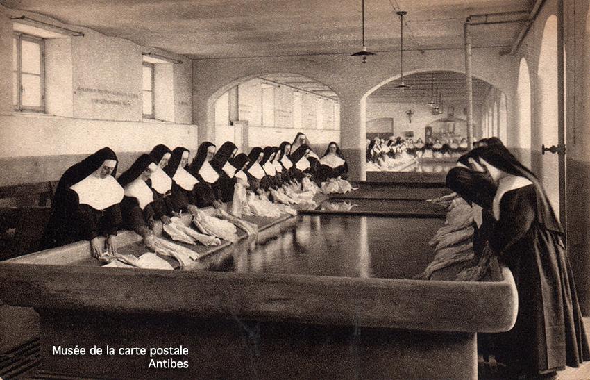 Carte postale ancienne représentant des religieuses dans un lavoir de Turin, issue de l'exposition temporaire du musée de la Carte Postale.