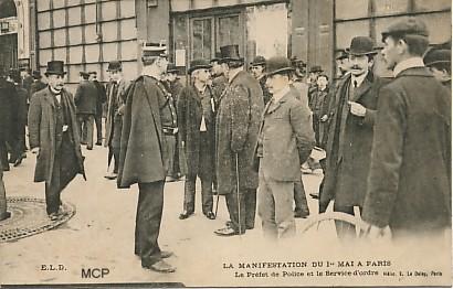 Carte postale à valeur documentaire, représentant le Préfet de Police Louis Lépine lors de la manifestation du 1er Mai 1906 à Paris.