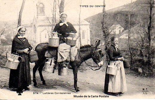Carte postale ancienne du Limousin, représentant des laitières corréziennes.