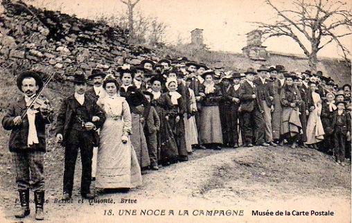 Carte postale ancienne du Limousin, représentant des noces à la campagne.