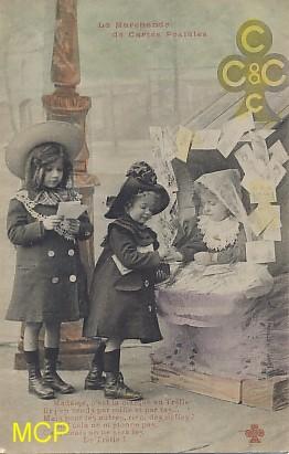 Une carte postale représentant des enfants jouant à la marchande de cartes postales.
