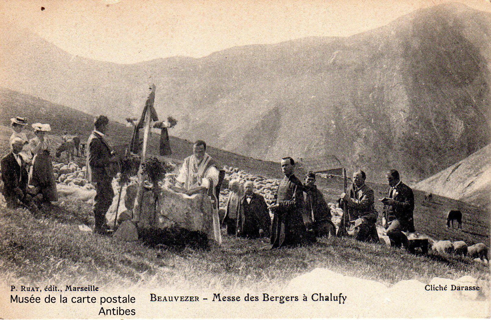 Carte postale ancienne représentant la messe pour des bergers à Chalufy Beauvezer, issue de l'exposition temporaire du musée de la Carte Postale.