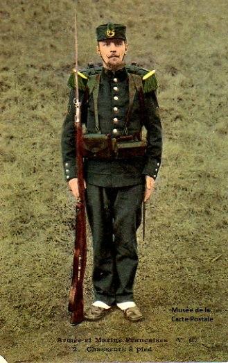 Carte postale militaire ancienne représentant un chasseur à pied.
