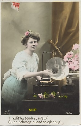 Carte postale ventant l'échange possible grâce aux cartes disques et aux phonographes, exposée au musée de la Carte Postale, à Antibes.