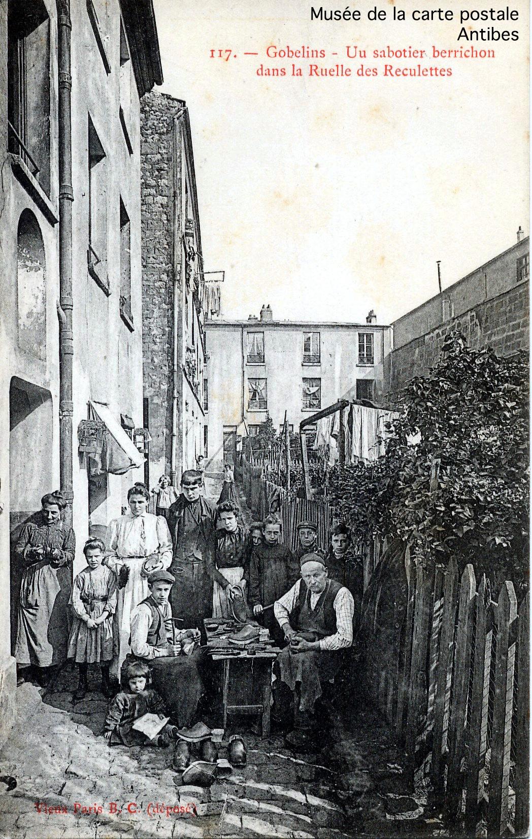 Carte postale ancienne, sabotier berrichon à Paris, issue de l'exposition temporaire du musée de la carte postale sur le thème de la chaussure.