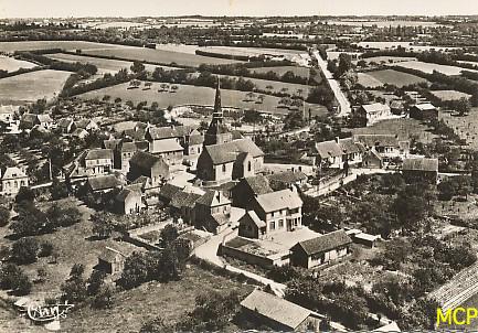 Carte postale vue d'avion, sur le village de Suré.