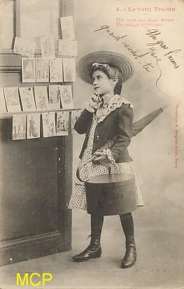 Carte postale ancienne représentant une jeune acheteuse de cartes postales.