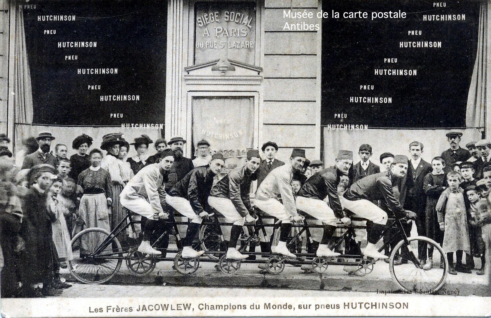Carte postale publicitaire représentant les frères Jacowlew sur un vélo tandem à 6 places.
