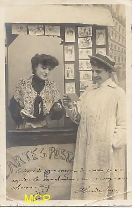 Carte postale ancienne représentant une vendeuse de cartes postales, pour illustrer la valeur commerciale de ces cartes postales.