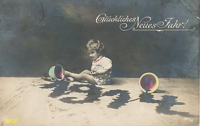 Symbole du temps qui passe, carte postale voeux de bonne année 1914, exposée au musée de la carte postale, à Antibes.