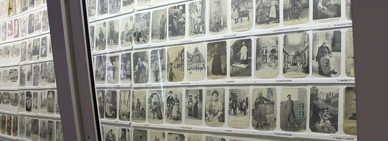 Vitrine musée cartes postales anciennes