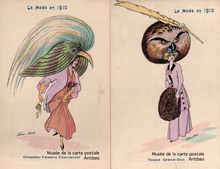 Cartes postales anciennes dessinées montrant la mode féminine des grands chapeaux en plumes d'oiseaux du début 1900 en France, issues de l'exposition temporaire du Musée de la Carte Postale à Antibes.