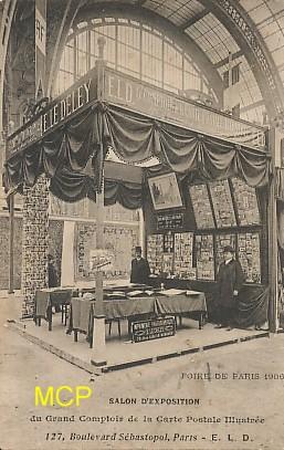 Carte postale montrant le stand de cartes postales des établissements LE DELEY présents à la Foire de Paris, en 1906. Cette carte est exposée dans le musée de la carte postale à Antibes.