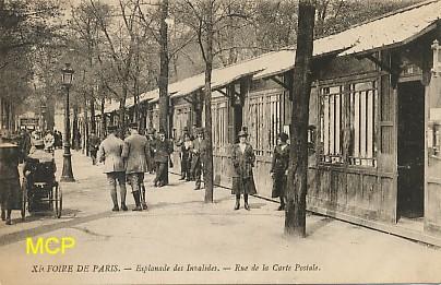 Carte postale montrant la rue des Cartes Postales lors de leur exposition à la 11ème Foire de Paris. Cette carte est exposée dans le musée de la carte postale à Antibes.