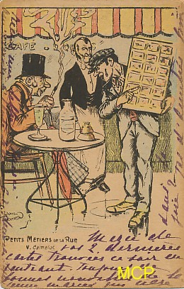 Carte postale représentant un marchand ambulant vendant des cartes postales. Cette carte est exposée au musée de la carte postale, à Antibes.