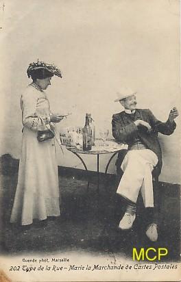 Carte postale représentant une marchande ambulante vendant des cartes postales. Cette carte est exposée au musée de la carte postale, à Antibes.